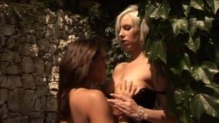 2 blonde Schönheiten bereiten sich auf Sex vor