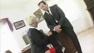 Blondine hat Hardcore Sex mit ihrem Boss