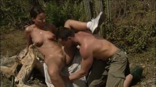 Abenteuerliches Paar hat Sex draußen