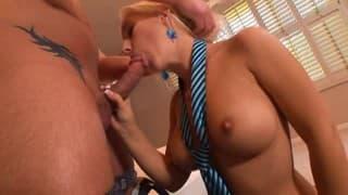 Sekretärin bietet ihrem Boss großartigen Sex