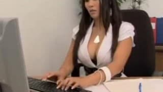 Versaute Sekretärin verführt ihren Kunden