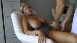 Reife Blondine beglückt ihren Mann