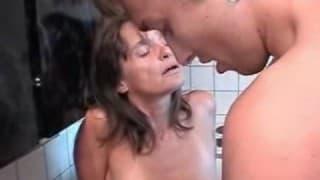 Reife Frau fickt jüngeren Typen in der Küche