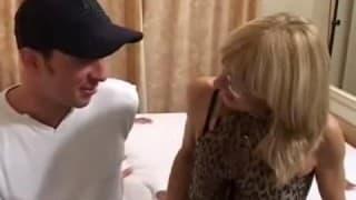 Reife blonde Frau will es hart & schnell anal