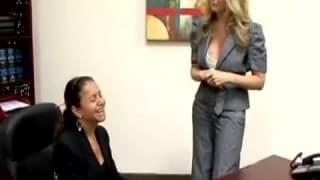 Vollbusige blonde Sekretärin fickt Schwarzen