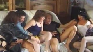 Reifes Paar hat Gruppensex auf dem Sofa