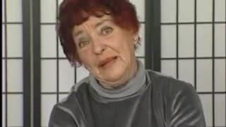 Reife rothaarige Frau holt dicken Dildo heraus