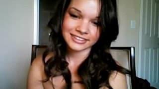 Brünettes Schulmädchen masturbiert vor Webcam
