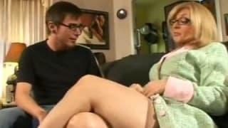 Reife Blondine mit Brille fickt jungen Typen