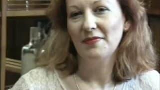 Reife gelangweilte Hausfrau wird gefickt