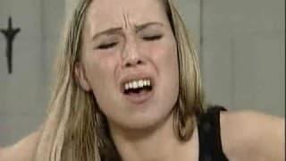 Heiße Blondine wird gefistet & kriegt es anal