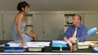 Schlanke Sekretärin bekommt es ins Arschloch
