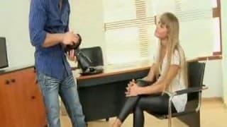 Typ legt junge Blondine auf den Tisch