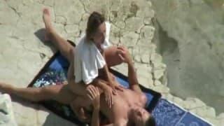 Paar auf Nudistenstrand beim Ficken gefilmt