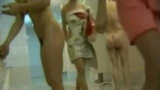 Haarige Frau in der Dusche