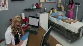 Patientin wird von Krankenschwester gefickt