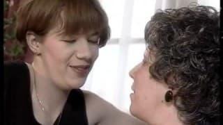 Ältere reife Frau squirtet aus dem Arsch