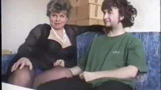 Älteres Paar probiert neue Sextoys aus