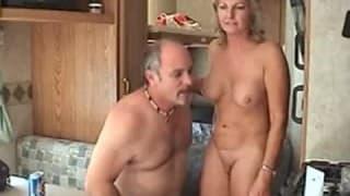 Reifes Paar fickt in altem Wohnwagen