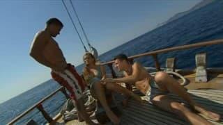 Brünette kriegt Double Penetration auf Boot