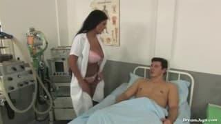 Krankenschwester mit echten Titten