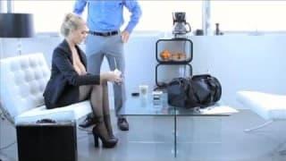 Job Interview mit heißer reifer Blondine