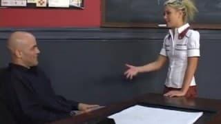 Lehrer umzingelt von drei Schülerinnen