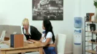 Zwei heiße Sekretärinnen teilen sich Pimmel