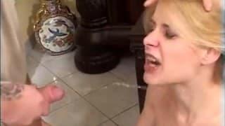 Sie bekommt Pisse in ihr Gesicht