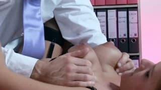 Sekretärin fickt mit ihrem Boss