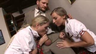 Nachhilfe mit zwei jungen Schülerinnen