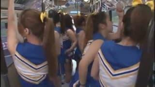Ein Bus voll mit schwitzenden Cheerleaders