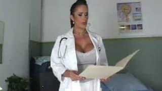 Krankenschwester fickt auf der Liege