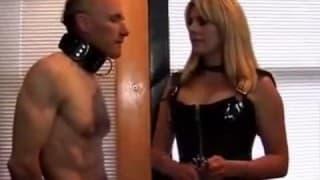 Alter Perverser geschlagen von junger Blondine