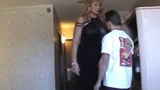 Große blonde Domina mit unterwürfigem Typ