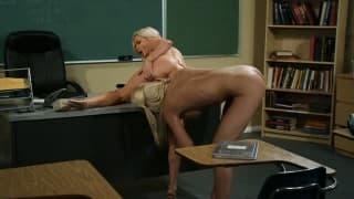 Junge blonde Lesbe von Lehrerin Sex gelehrt