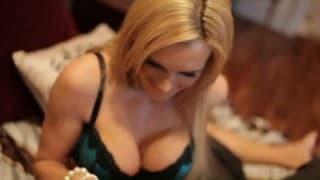 Vollbusige blonde Milf in sexy Reizwäsche