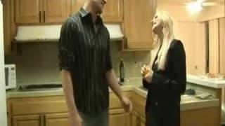 Er wird von ihr mit Rollenwechsel gefickt