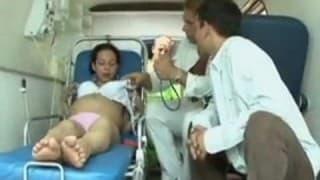 Schwangere Fotze fickt mit dem Notarzt