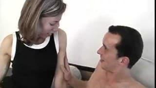 Er drückt ihren kleinen Arsch