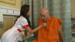 Ein Straftäter kitzelt die Krankenschwester