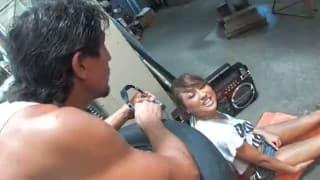 Junge Asiatin wird in der Garage gefickt