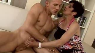 Ein junger Kerl greift eine dicke Frau an