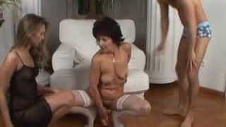 Reife Frauen teilen sich Schwanz und FAUST