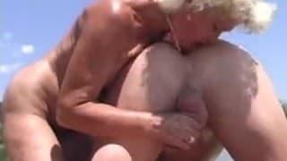 PINKELN! Reife Frau kriegt eine Golden Shower