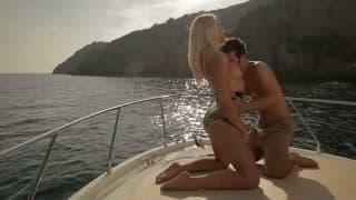 Sie segelt seinen Pimmel auf dem Boot
