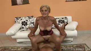 Eine blonde Großmutter reitet einen Penis!