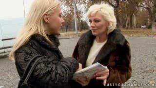 Eine Blondine wird von einer Oma gefickt!