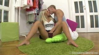 Schöne Blondine hat die Muschi voller Sperma