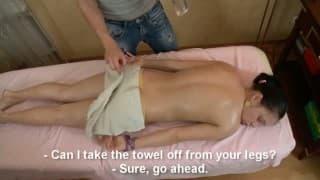 Der Teenager wird von ihrem Masseur gefickt